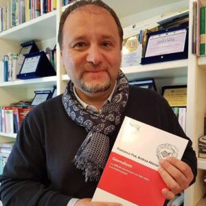 Il professor Francesco Pira con il nuovo libro GIORNALISMI